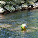Plastikball treibend in der Würm in Pasing