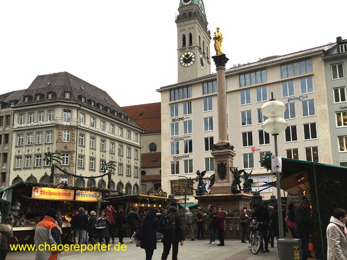 Christkindlmarkt Blick auf Mariensäule und Alten Peter und Buchhandlung Hugendubel