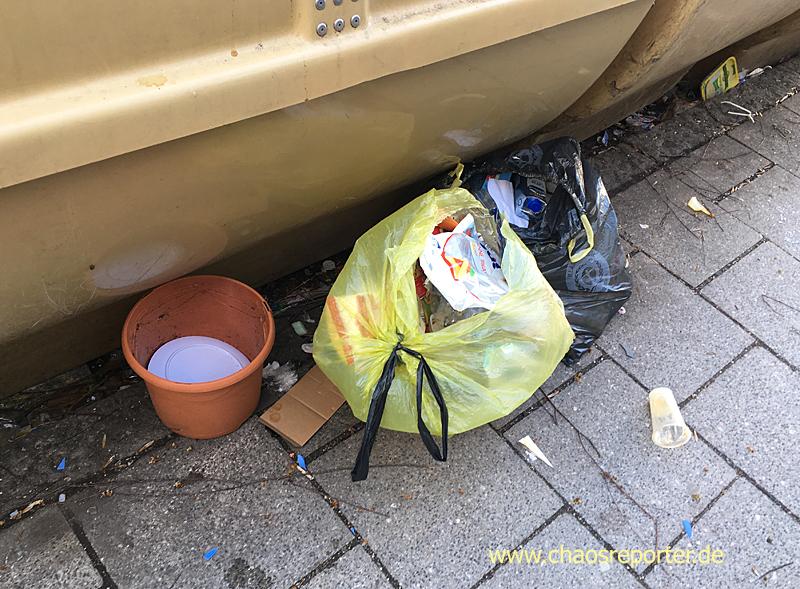 Keramik und Plastik einfach vor die Plastikcontainer geworfen von einem Menschen einer Nachbargemeinde.