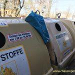 Obwohl Recycling Container leer sind wird Müll zwischen die Container gesteckt.