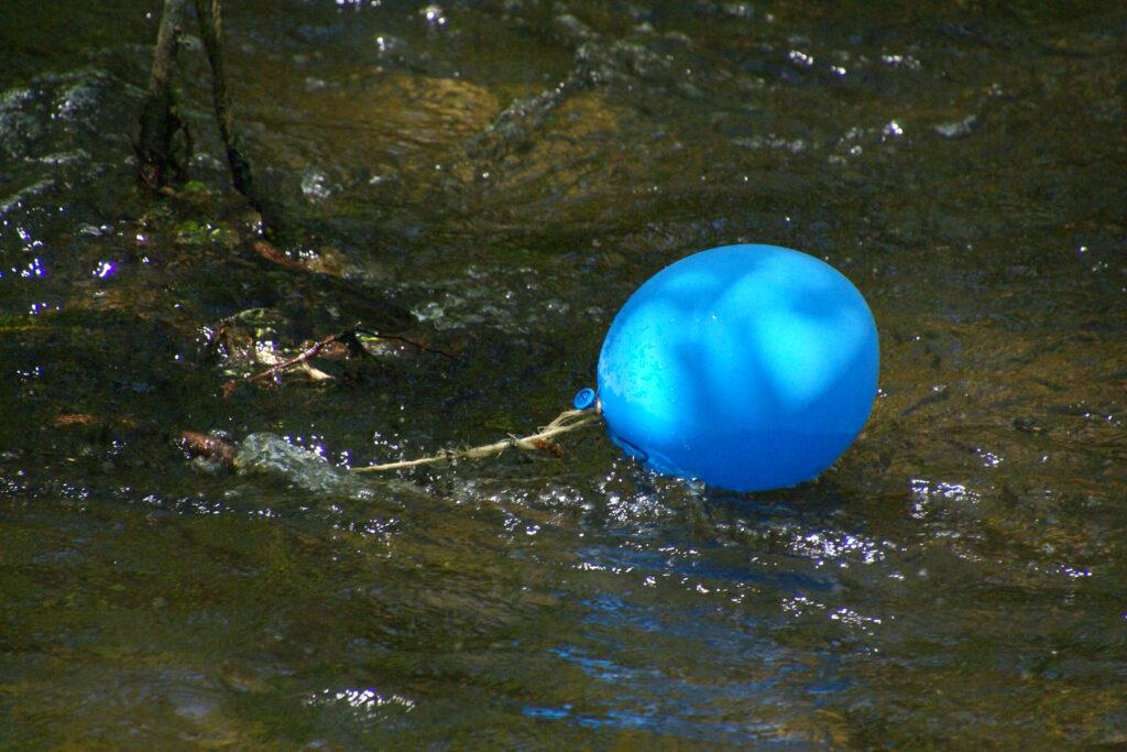 Luftballon im Fluss Würm in Pasing